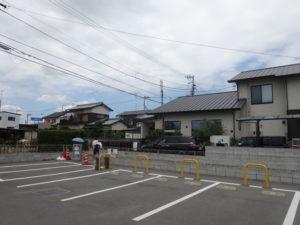 登泉堂外観と駐車場