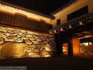 ライトアップ時の鉄御門と勘兵衛石