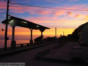 早朝の下灘駅内6