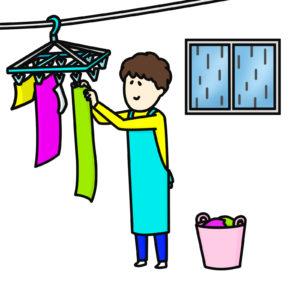洗濯物を干す夫